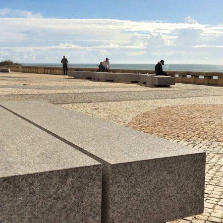 06_bench_cobblestones