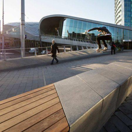 13_Natural-stone-bench-station-square-Arnhem-Central_photo_Frank-Hanswijk_hires