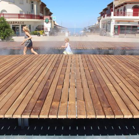13_2016_©-«D'une-Ville-à-l'autre-...»_A-huge-wooden-deck-lets-you-walk-over-sea-spray