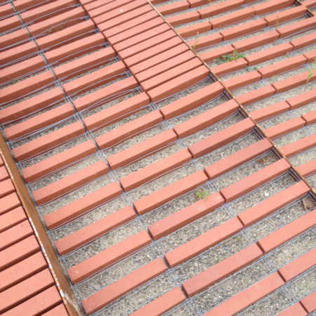 NIEL-CONSTR-6_-Laying-the-brick-strips-on-a-bed-of-sand-obtaining-a-permeable-soil