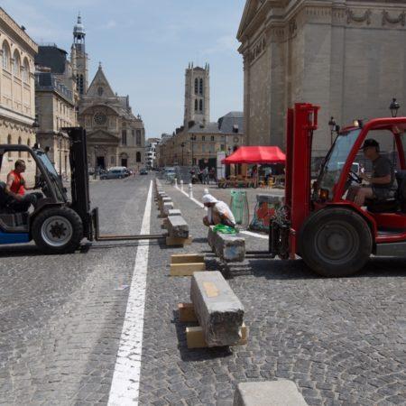 Collectif les Monumentales installant les bordures de trottoirs servant de sièges.