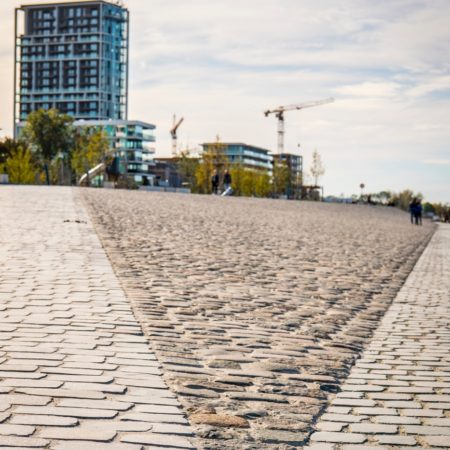 © AG VESPA, Frederik Beyens / The cobblestones on the quays were reused to retain the maritime character.