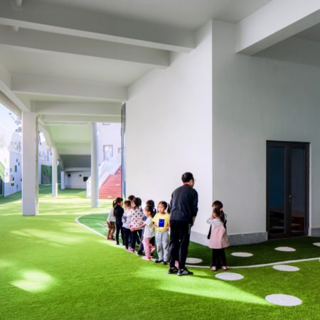 8.The gray space below the building was also used by the designer to become an activity area.
