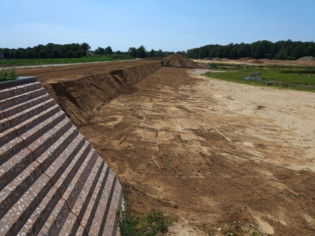 Construction of steep edge dike and bridge bastions / Photo: Hans van der Meer