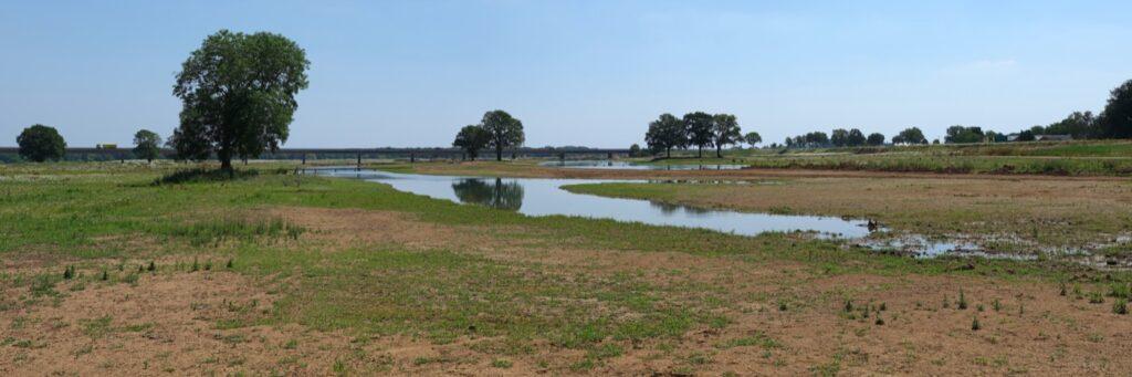 Lowered flood plains with steep edge dike in background / Photo: Hans van der Meer