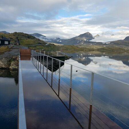 Innfall Jotun - Utkikkspunkt Sognefjellet benk og speglbru. Foto M.Snøtun