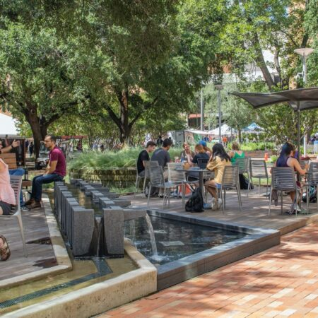 _T2A4754B - fountain + students